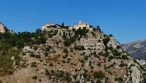 La position perchée, construit sur le roc, à 758 m d'altitude et dominant toute la vallée du Loup, lui a conféré un rôle défensif.