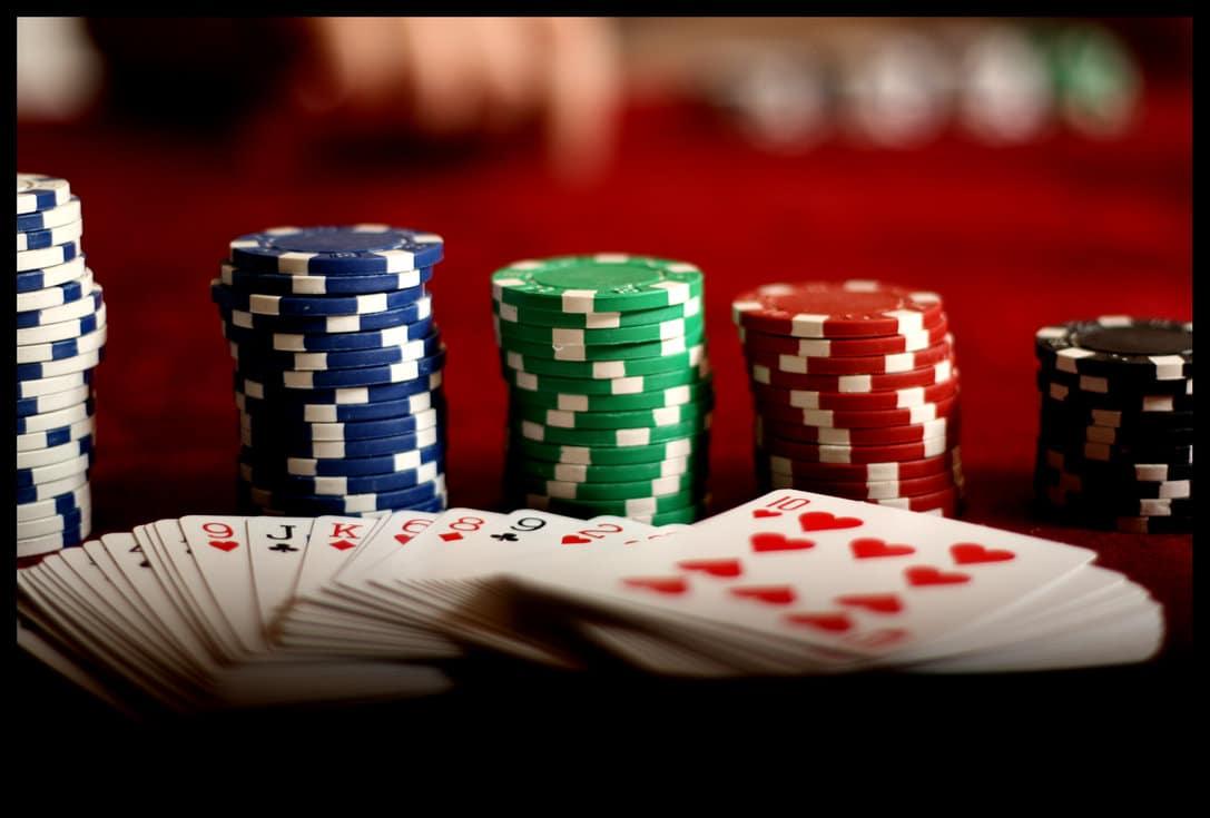I giocatori di poker professionisti sono conosciuti per le loro abilità strategiche, la capacità di bluffare, di calcolare le probabilità di vittoria ed anticipare le mosse dell'avversario. Il poker, pur…