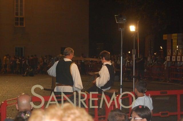 Ventimiglia: tamburini e sbandieratori in piazza ieri sera