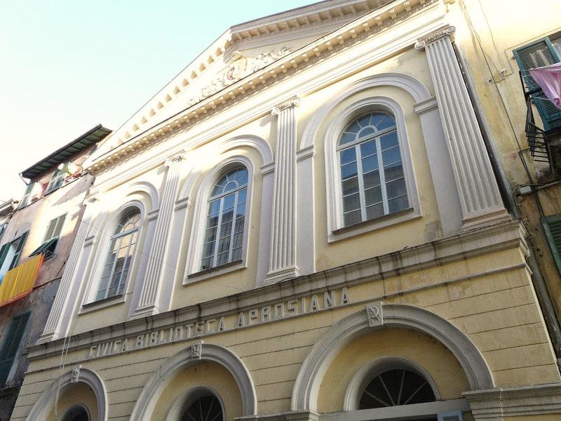"""Una """"perla"""" incastonata in uno dei centri storici più belli ed antichi della Liguria: la Biblioteca """"Aprosiana"""". Finalmente riaprirà le proprie porte ai visitatori del borgo, che sono sempre tanti…"""