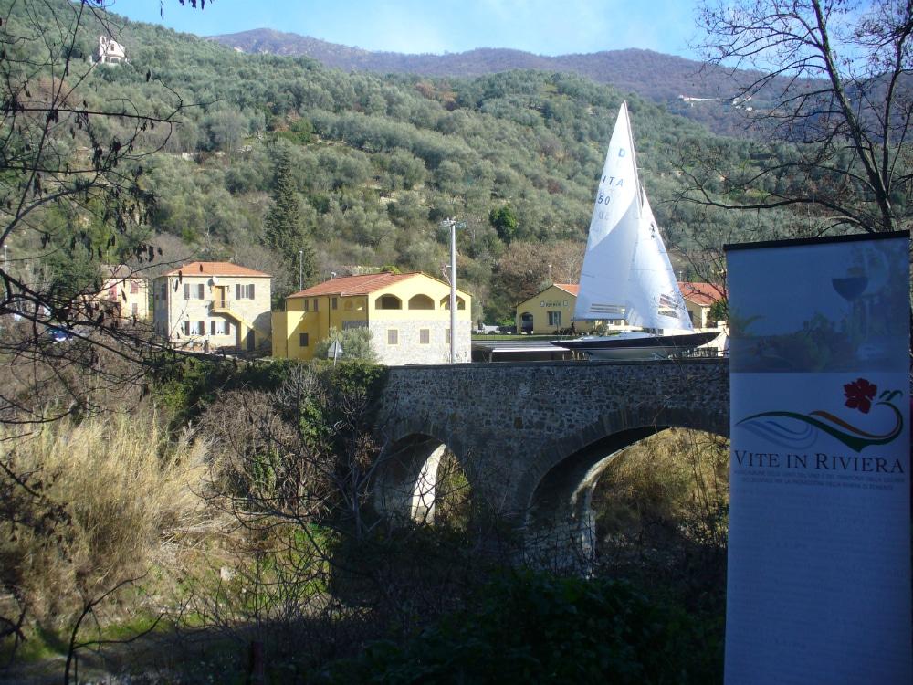 Chissà cosa hanno pensato gli abitanti di Sarola (frazione di CHiusavecchia) quando hanno visto passare l'altro giorno sul ponte che conduce al piccolo borgo, alcuni velieri (foto allegate). Non si…