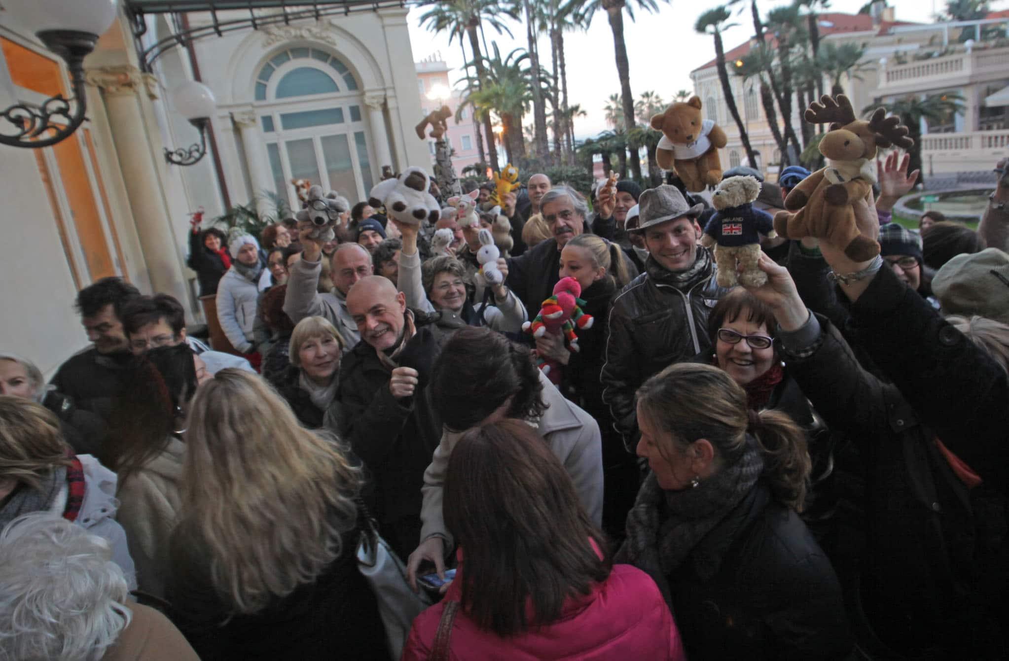 Più di duecentocinquanta fans assiepati al Teatro dell'Opera del Casinò di Sanremo per tributare un bagno d'affetto e di folla ai beniamini dell'evento radiofonico.