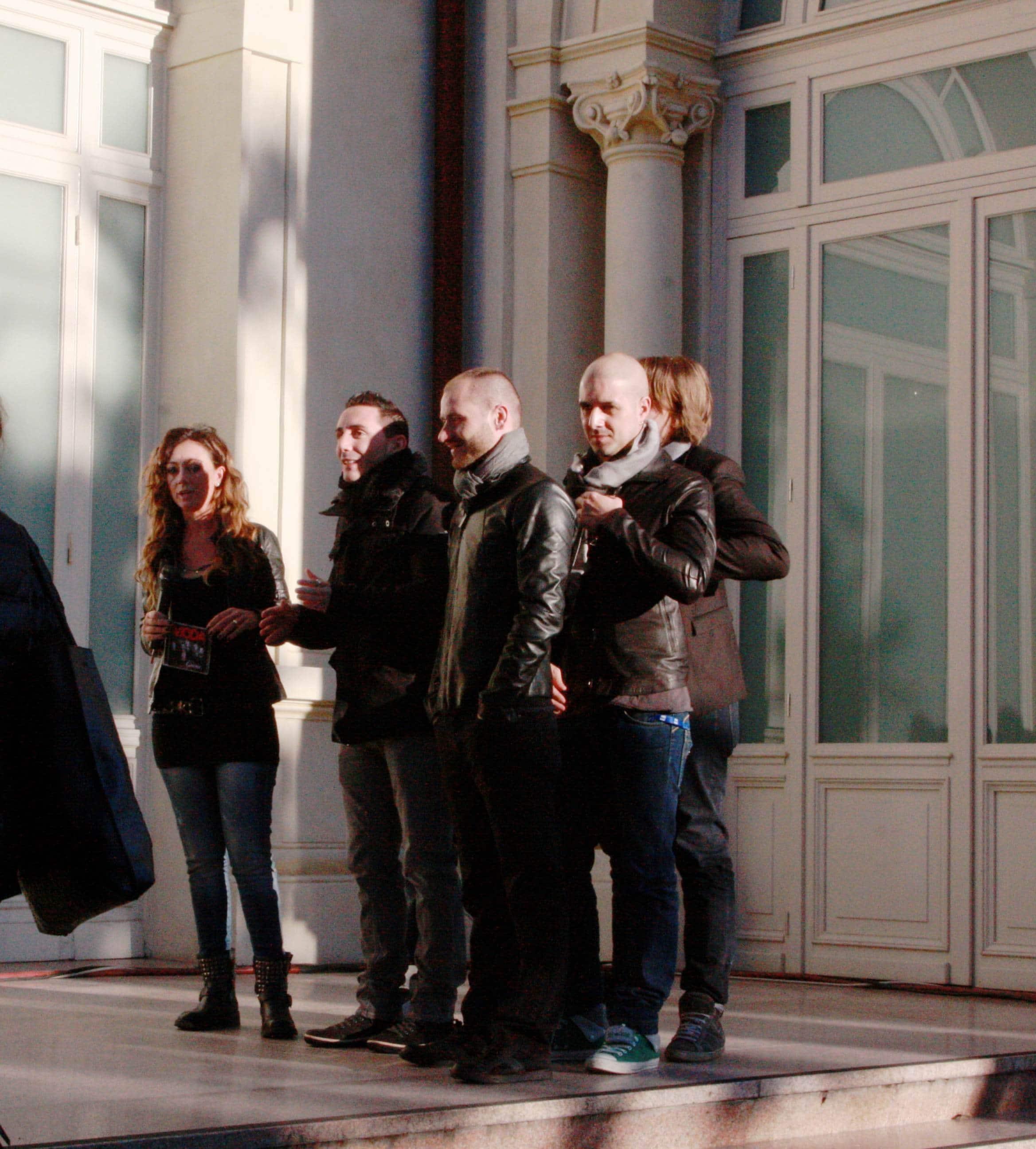 """Sono stati i Modà, che oggi apriranno la seconda serata del Festival, ad inaugurare i collegamenti de """"La vita in diretta"""" dal Casinò di Sanremo. Kekko ha parlato dell'emozione che…"""