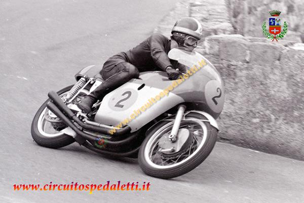 """Un circuito che ha fatto la storia del motociclismo degli anni '60 e '70, piloti entrati nel cuore della gente per le loro spettacolari """"evoluzioni"""". Ora da tre anni la…"""