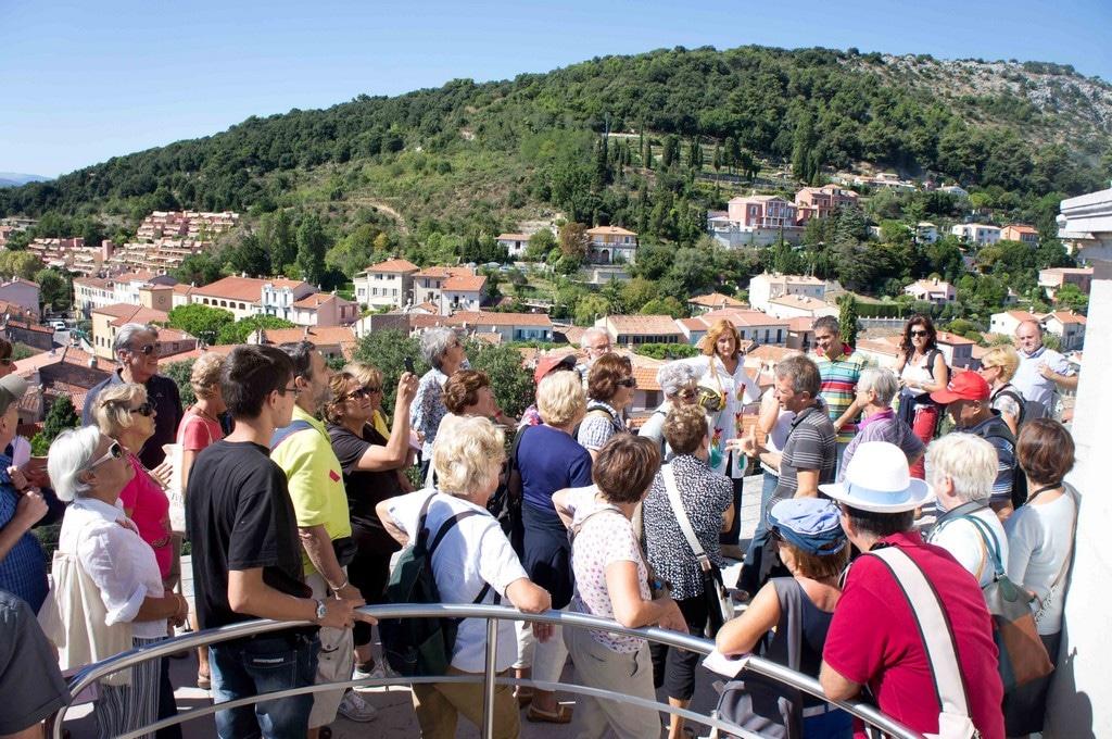 """Premiati da un caldo sole gli escursionisti si sono mossi da Ventimiglia fino alla Turbie, lungo un itinerario che dal Ponente li ha condotti alle """"porte"""" della Provenza."""