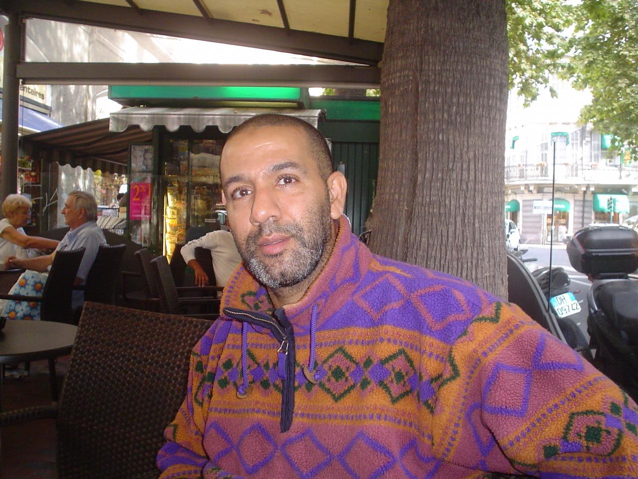 Abdelhak Chakib (Abdoul) è un ragazzo marocchino che lavora a Latte come guardia notturna presso un noto supermercato. Ma, soprattutto, è un grande appassionato di sport. Calcio e aikido i…