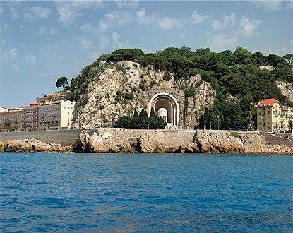 Surplombant la ville, à 93 mètres au dessus du niveau de la mer et offrant un panorama exceptionnel, la Colline du Château est un emblème du patrimoine de la Cité.…