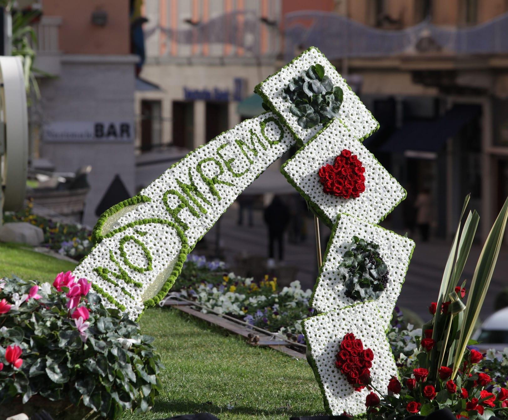 """La scritta """"Casino Sanremo"""" realizzata con i fiori sanremesi dai colori accesi e dal profumo intenso ha salutato i protagonisti della conferenza stampa del Festival della Canzone 2013. La composizione…"""