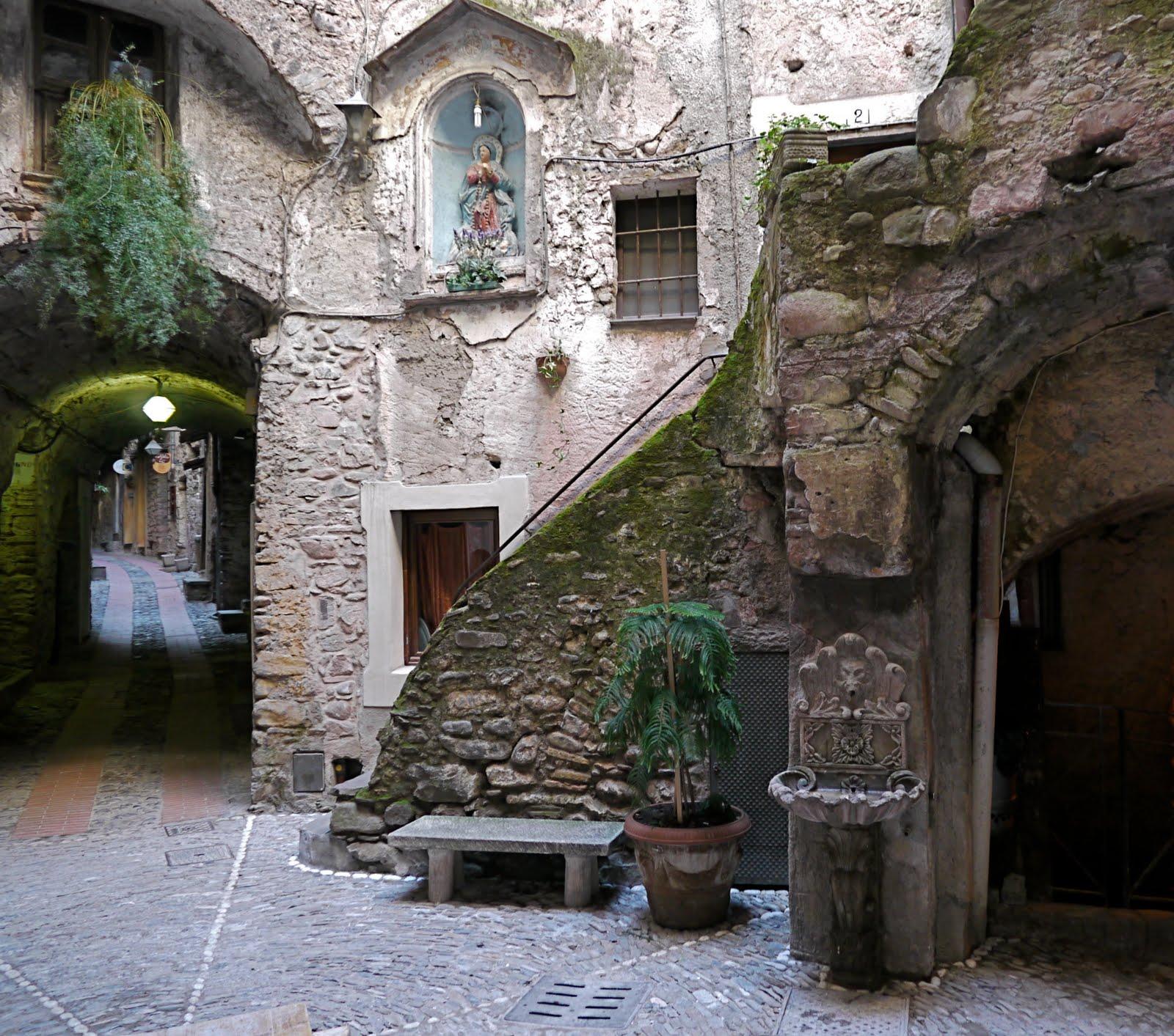 """Dolceacqua prende vita con la primavera e i fiori di """"Carruggi in fiore"""", il concorso che si svolgerà anche quest'anno tra le vie del borgo, noto per il Castello dei…"""