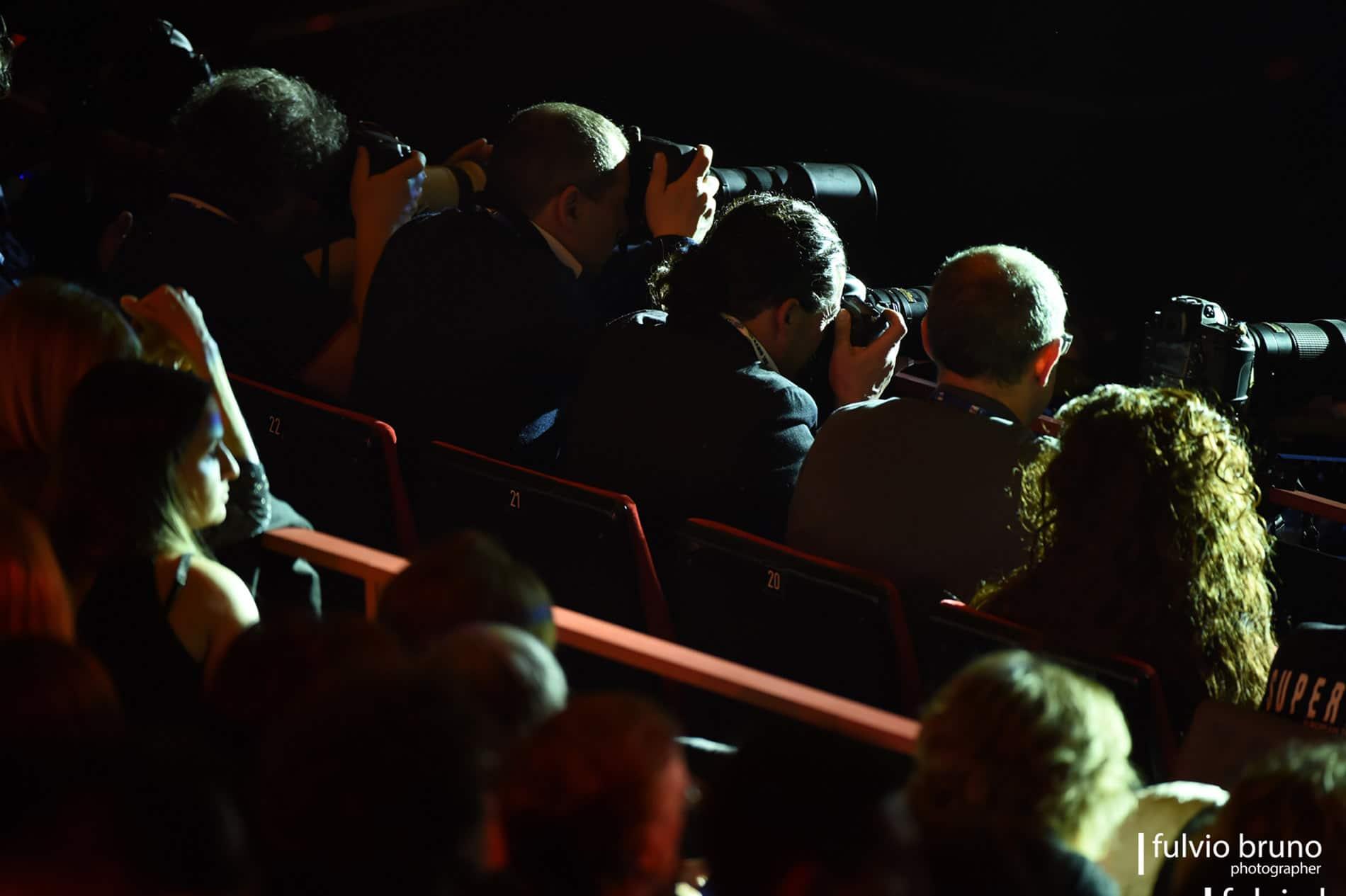 La settimana del Festival è un frenetico rincorrersi per le strade di Sanremo di cantanti, vip, ma anche giornalisti e fotografi sempre pronti allo scatto che garantirà l'esclusiva della star…