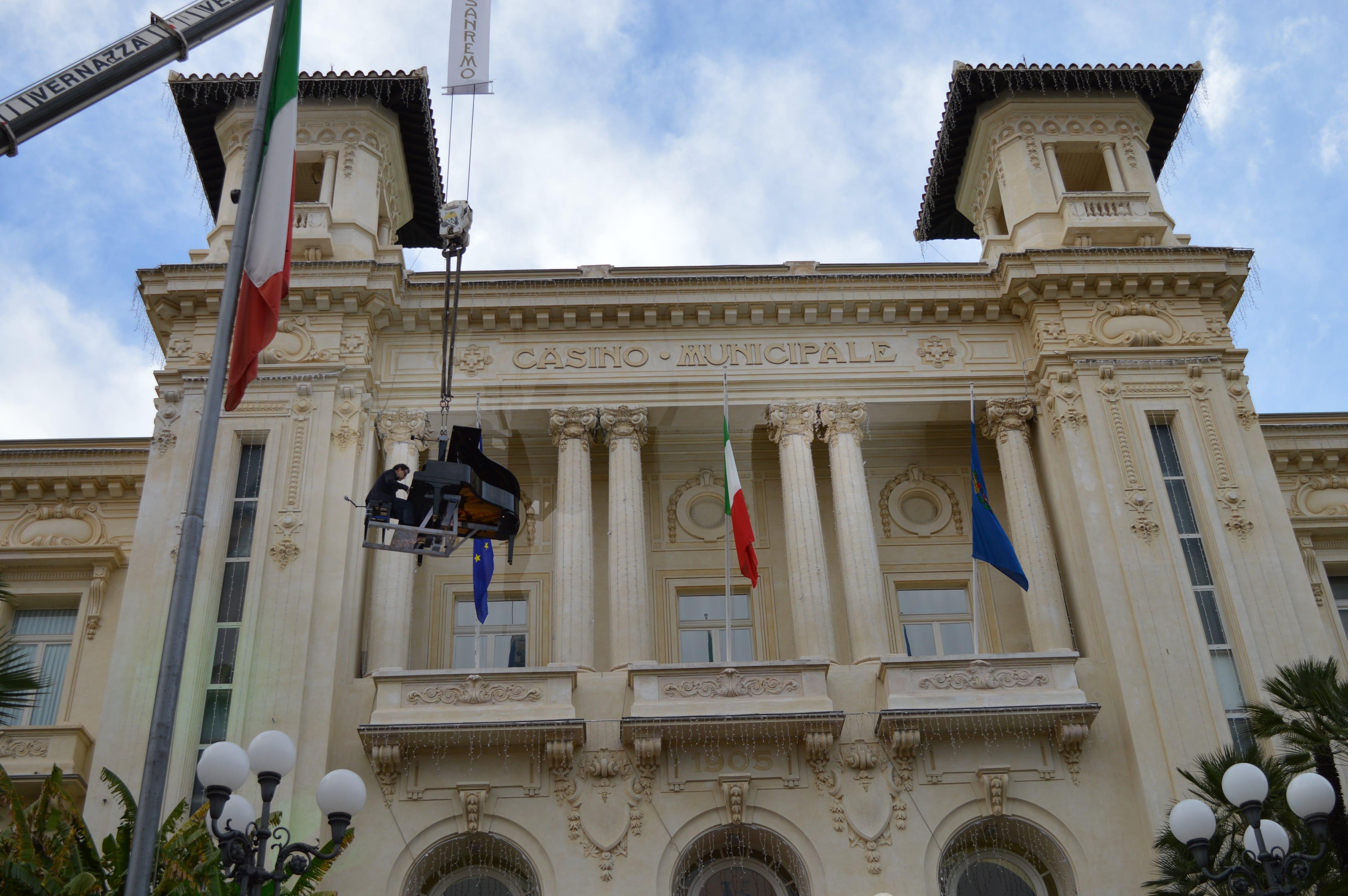 """Paolo Zanarella ha suonato con il suo piano """"volando"""" a 15 metri in aria sopra la scalinata della casa da gioco"""