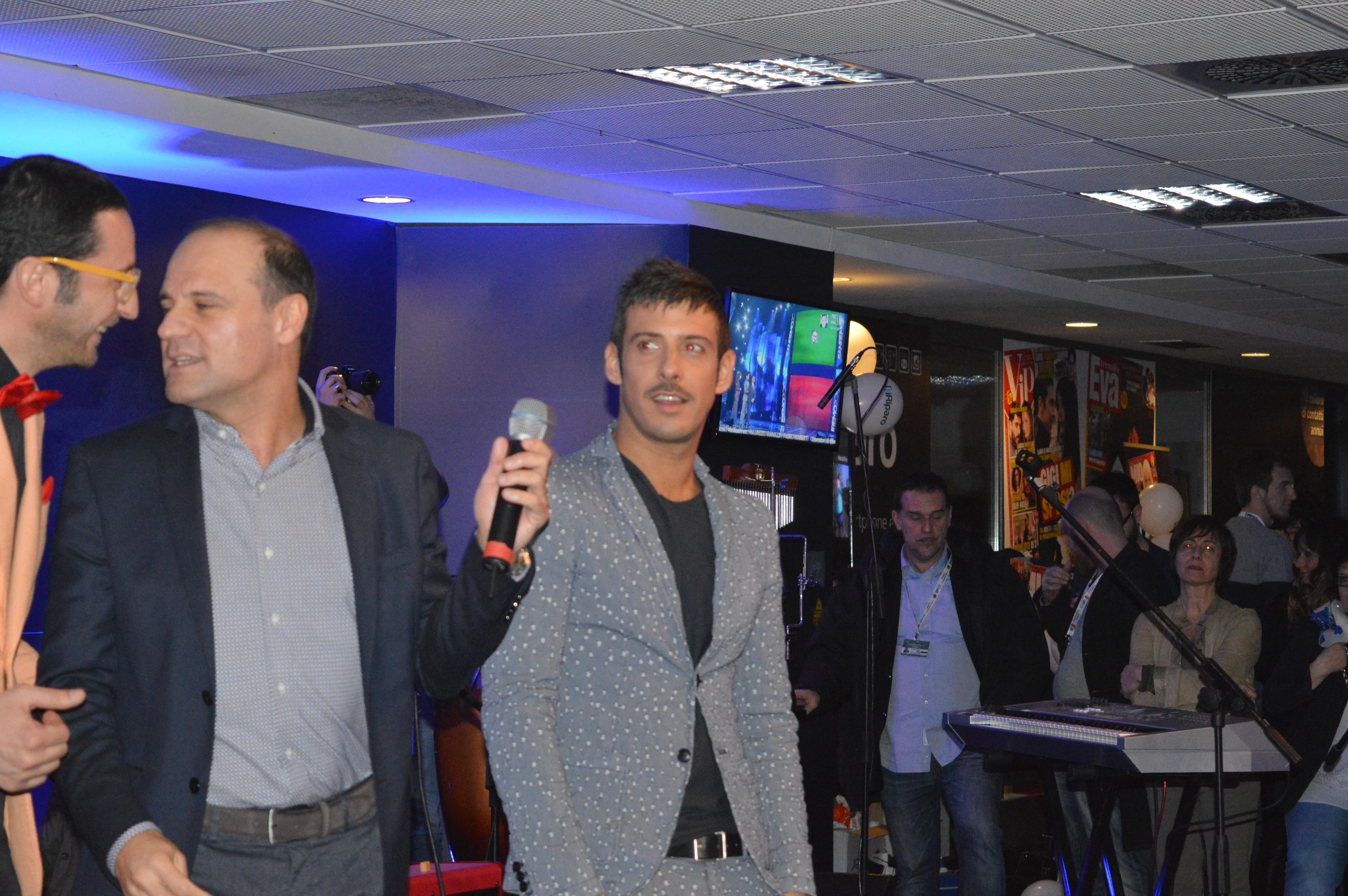 """Dopo la vittoria sul palco dell'Ariston il cantante toscano ha cantato la sua """"Amen"""" a Casa Sanremo"""