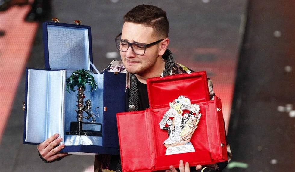 """Premio della Critica a Zibba. Gino Paoli ha celebrato la """"scuola di Genova"""" cantando Tenco e Bindi. Apertura con Endrigo interpretato da Mengoni"""