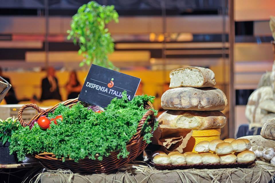 """La """"dispensa"""", il luogo da dedicare e destinare alle provviste alimentari. Ma non solo, almeno in Italia, dove rappresenta qualcosa di più simbolico, una sorta di scrigno per gli alimenti…"""
