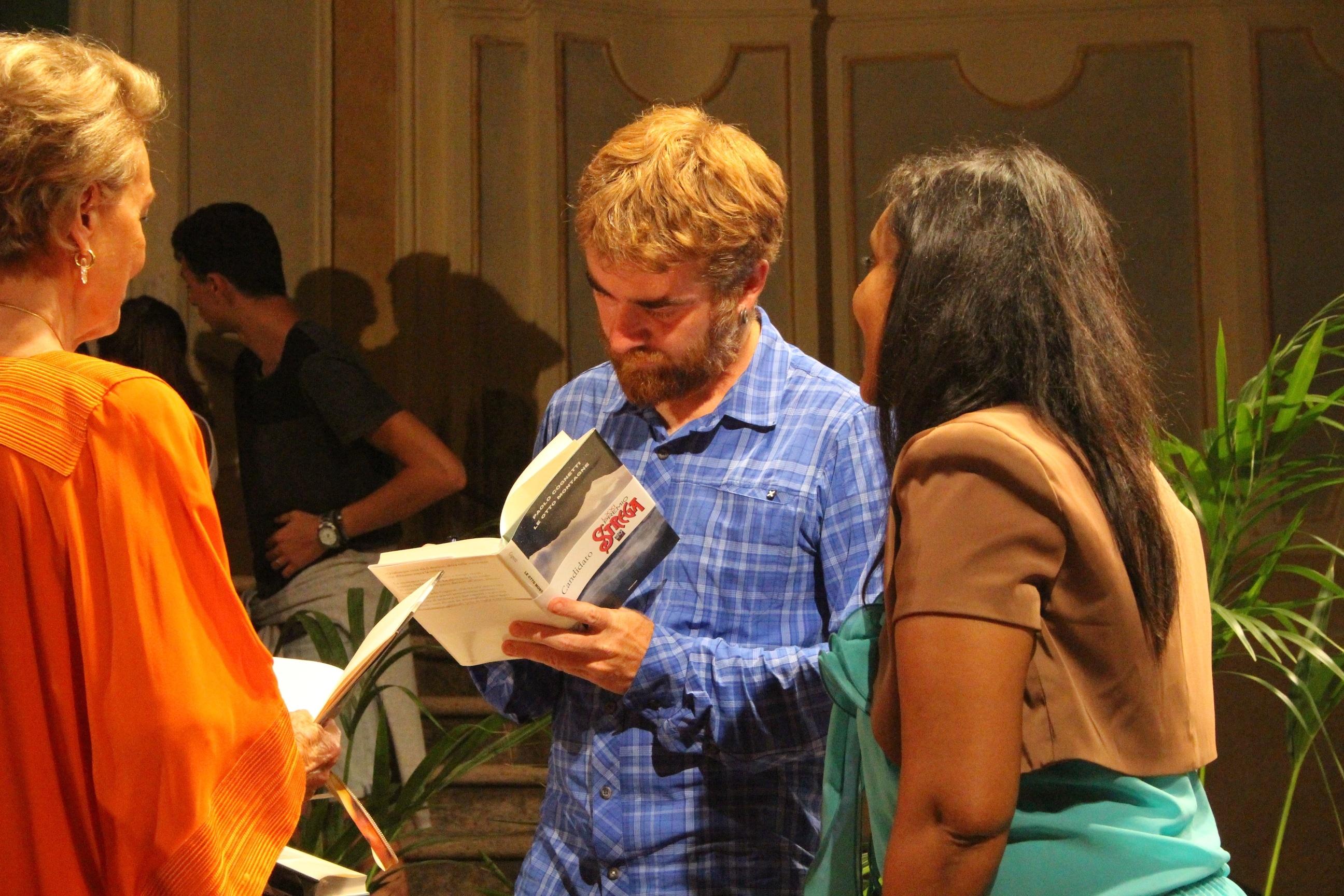 Il vincitore del prestigioso premio letterario sulla piazza dei Corallini con Giampiero Mughini