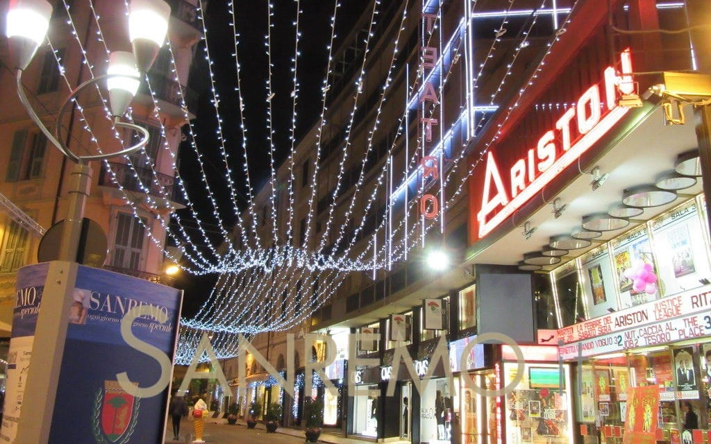 Luminarie, vetrine a tema e presepi: a Sanremo i classici di Natale
