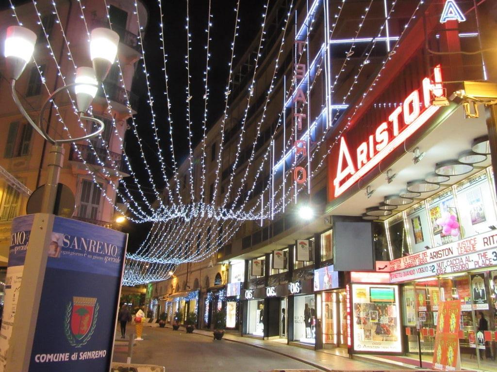 Luci, vetrine e mercatino: Sanremo si veste dei colori del Natale
