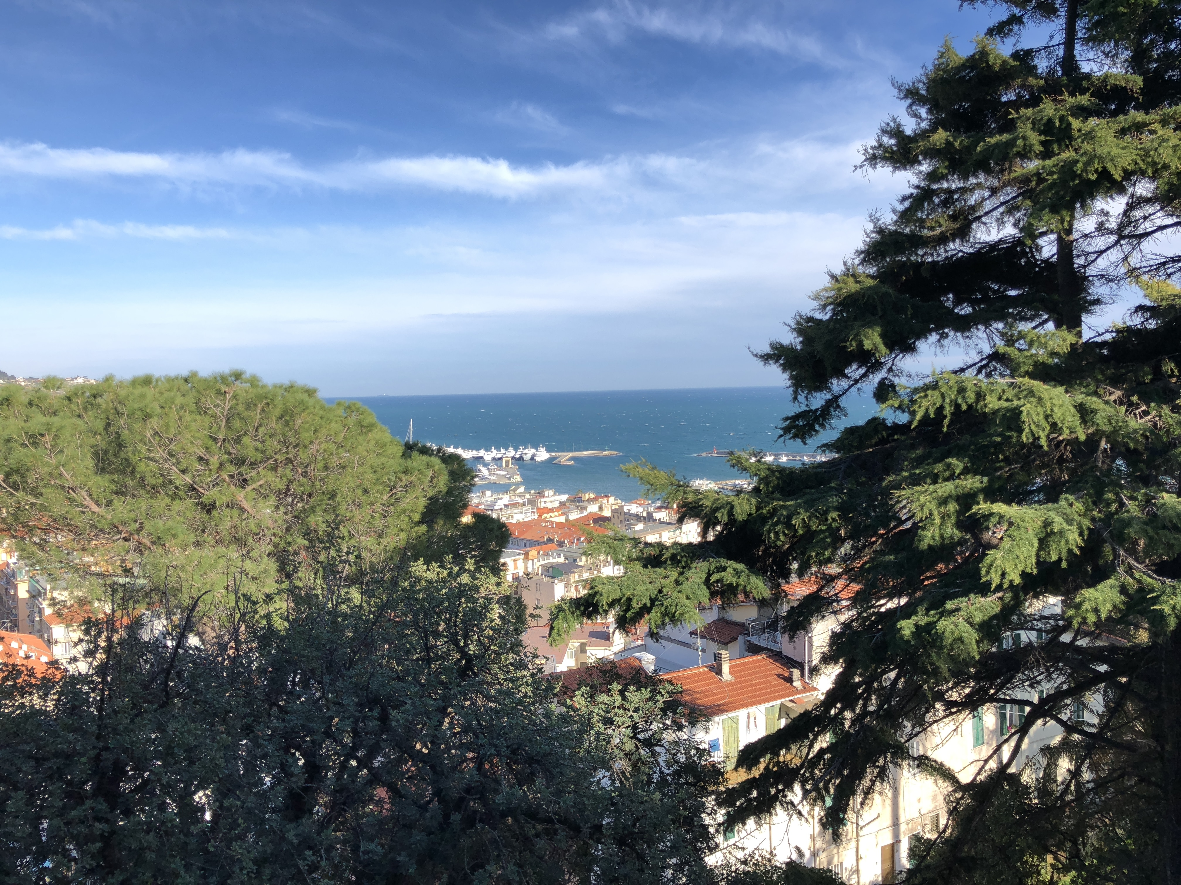 Per andare a scuola, Italo e suo fratello potevano passare dentro la Pigna, quella parte del centro storico di Sanremo nato e cresciuto nel Medioevo. Nello spirito dello scrittore questi…