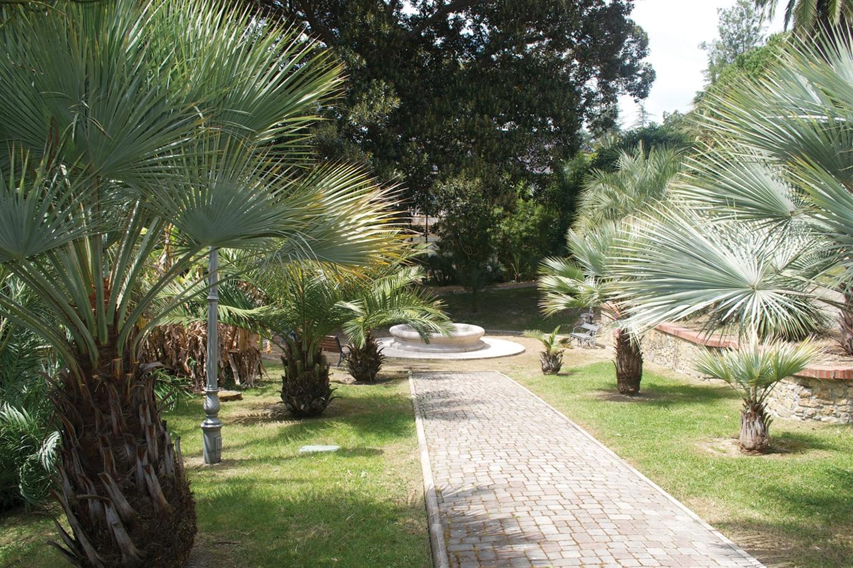 Il parco di distende all'estrema periferia di Levante di San Remo, ai margini di una proprietà ben più ampia, che faceva capo alla Villa del Sole ed alle sue dipendenze…